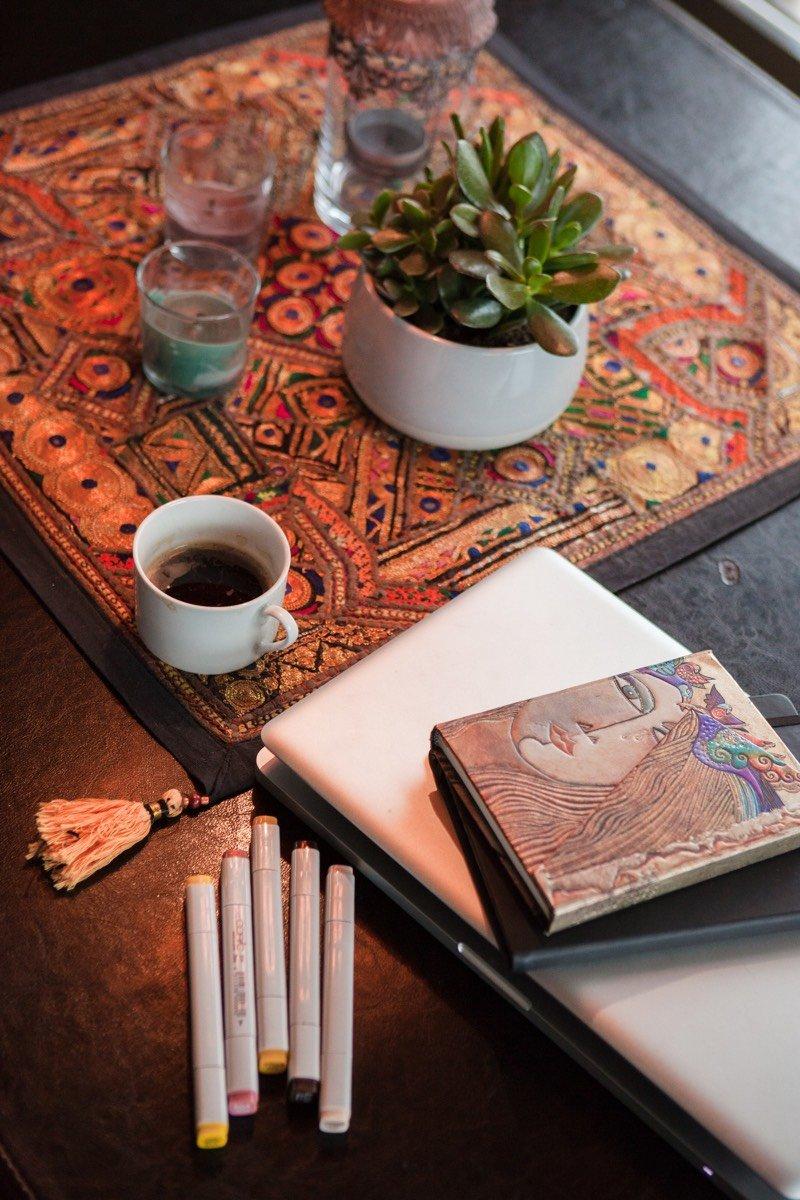 Kaffee und Kreativ-Utensilien von Sarah fürs Brainstorming