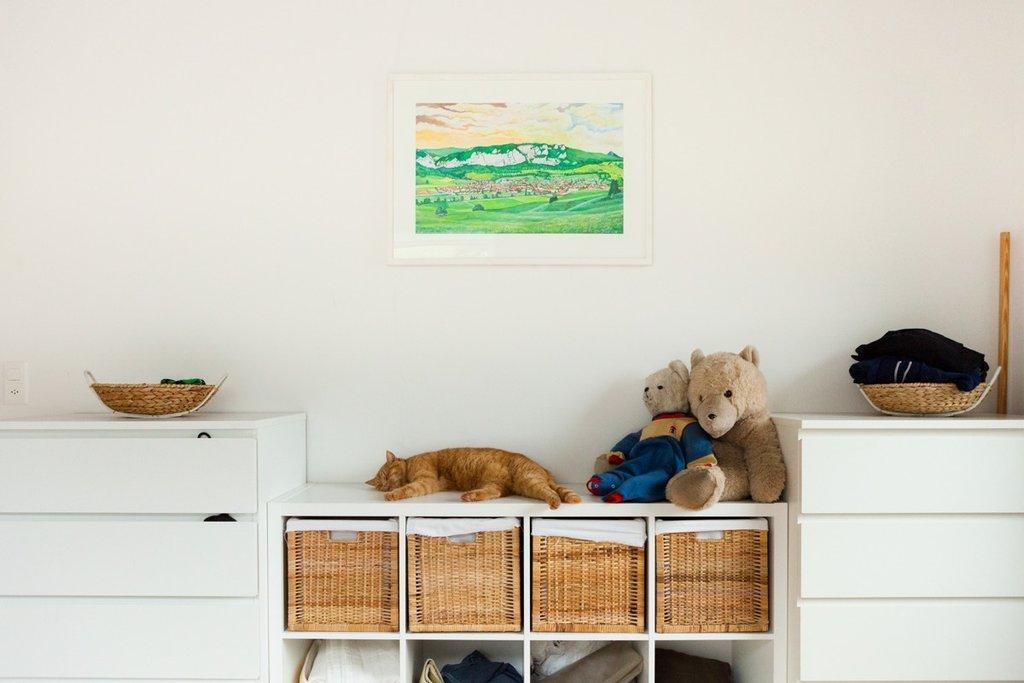 Un tableau, peint par le grand-père de Sarah, est accroché au mur de la chambre à coucher.