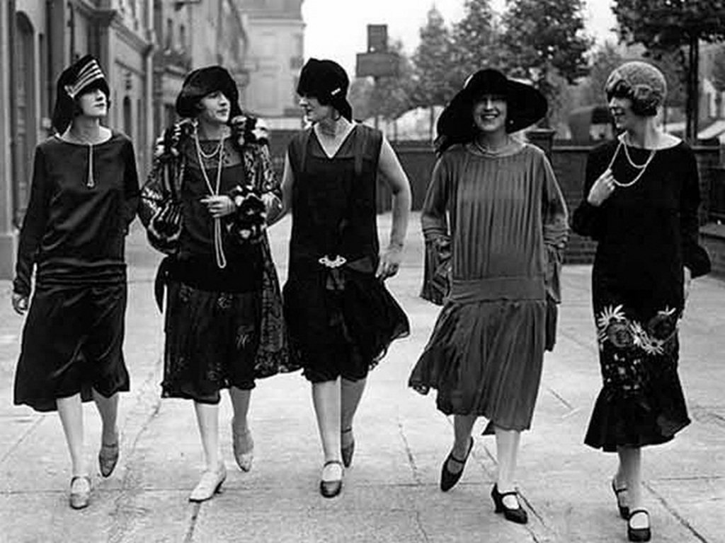 flapper and boyish bobs The flapper: •flapper: an emancipated young woman who embraced the new fashions and urban attitudes of the day •young women clipped their long hair into boyish bobs and dyed it jet black •some began smoking and drinking in public and talking openly.