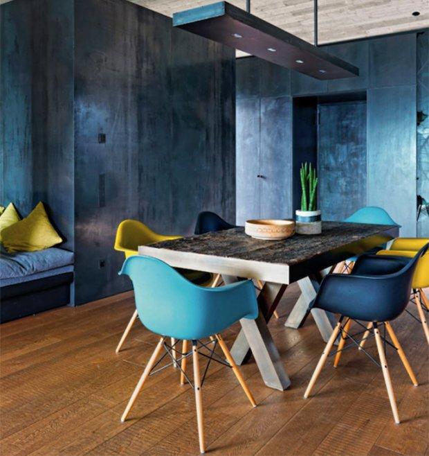 Bunte Wohnungseinrichtung Mit Eames Stühle.