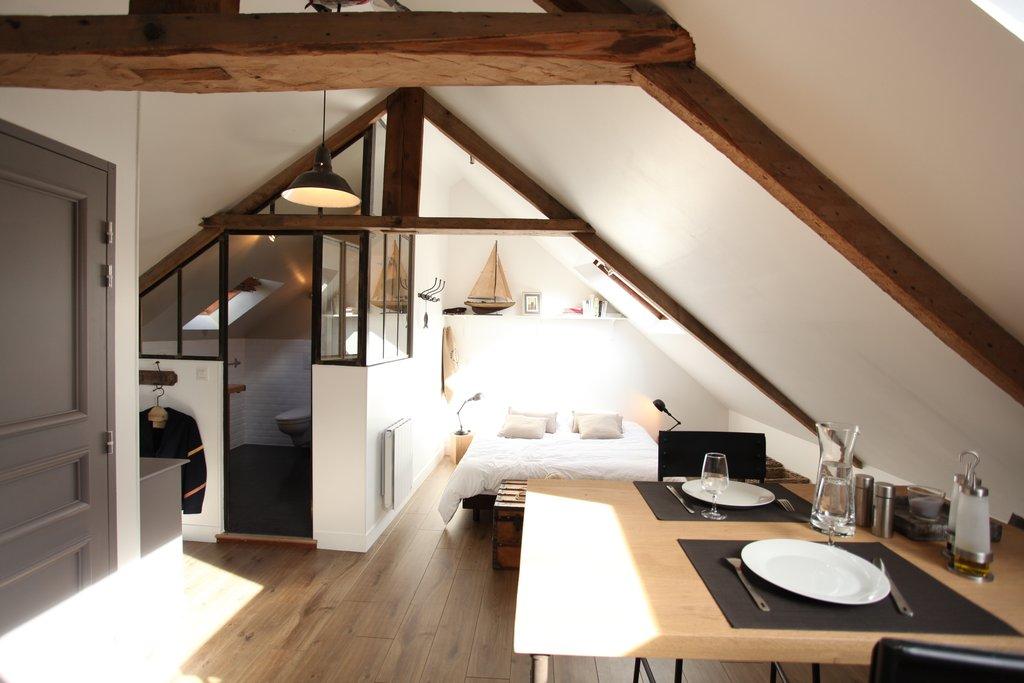 4 id es pour s parer les espaces dans ses combles sans - Chambre avec plafond en pente ...