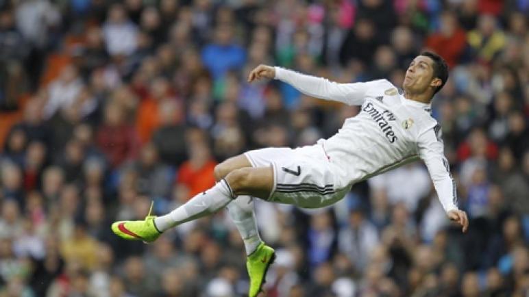 רונאלדו משחק בקבוצה ריאל מדריד בספרד בעמדת הקיצוני השמאלי...