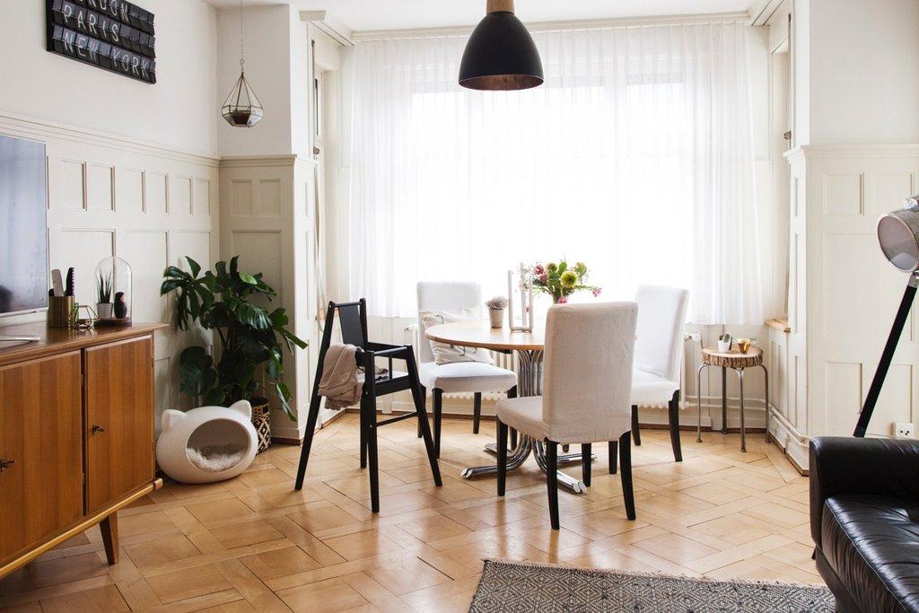 Wohnzimmer mit Esstisch und Kinderstuhl