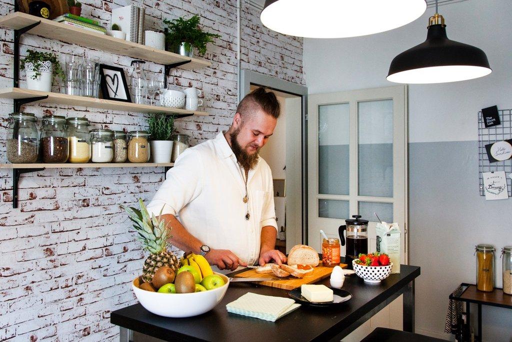 Vinicius Braun in der Küche beim Zubereiten des Frühstücks
