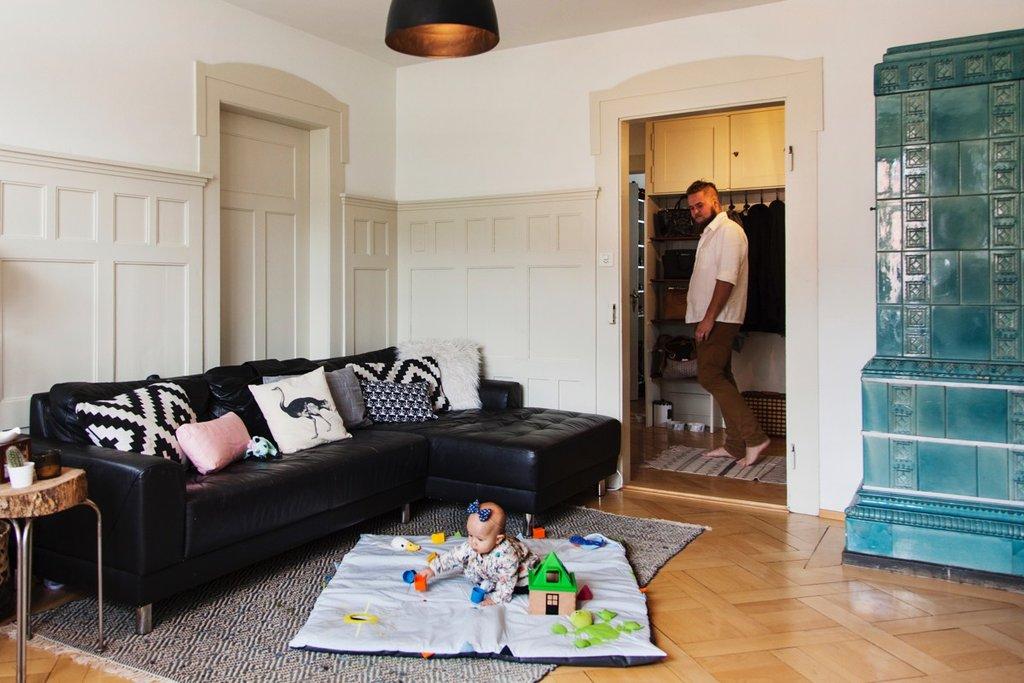 Tochter Liz spielt im Wohnzimmer auf dem IKEA Spielteppich