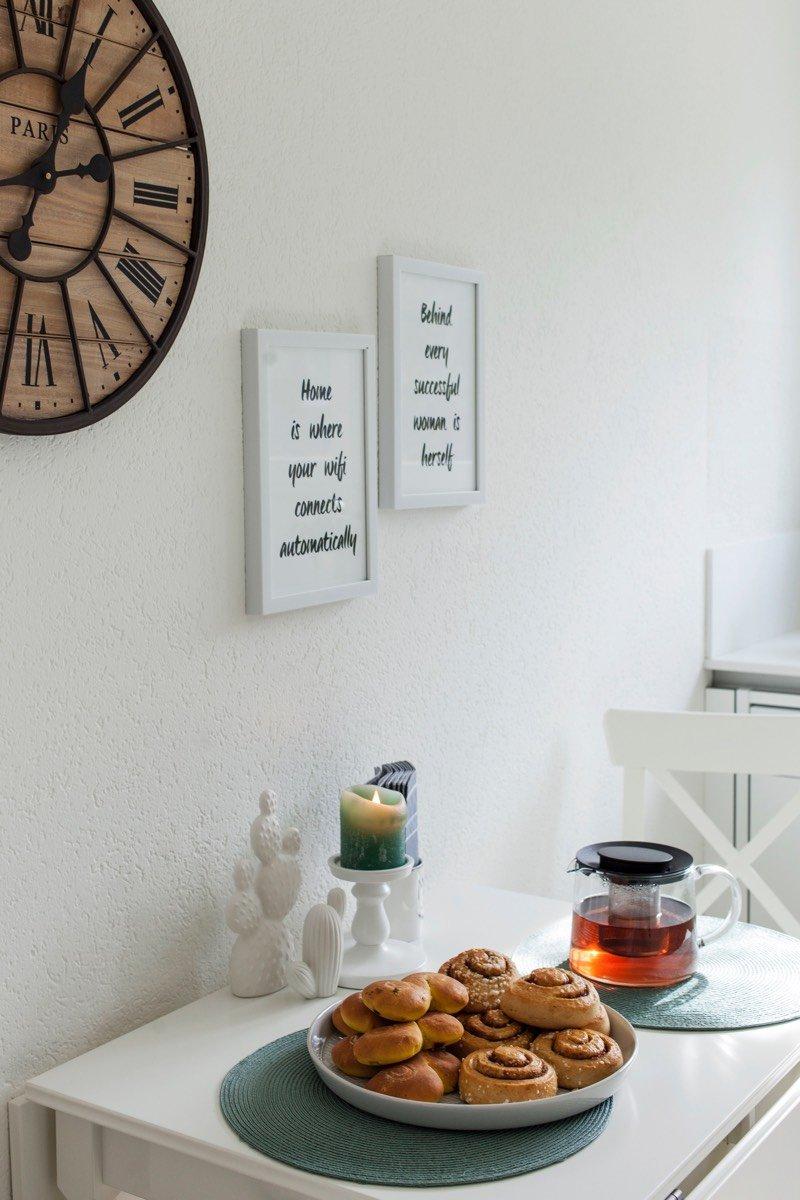 In der weiss eingerichteten Küche stehen Tee und Zimtschnecken bereit