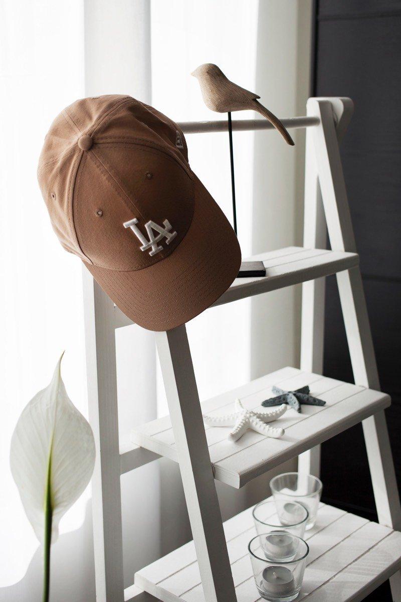 An einer Dekotreppe hängt eine Mütze