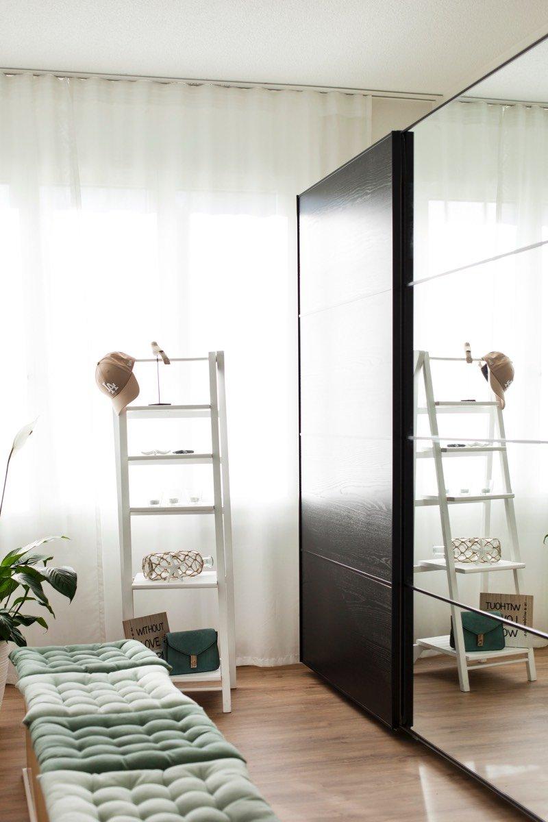 Das Ankleidezimmer mit PAX Kleiderschrank im hellen Licht