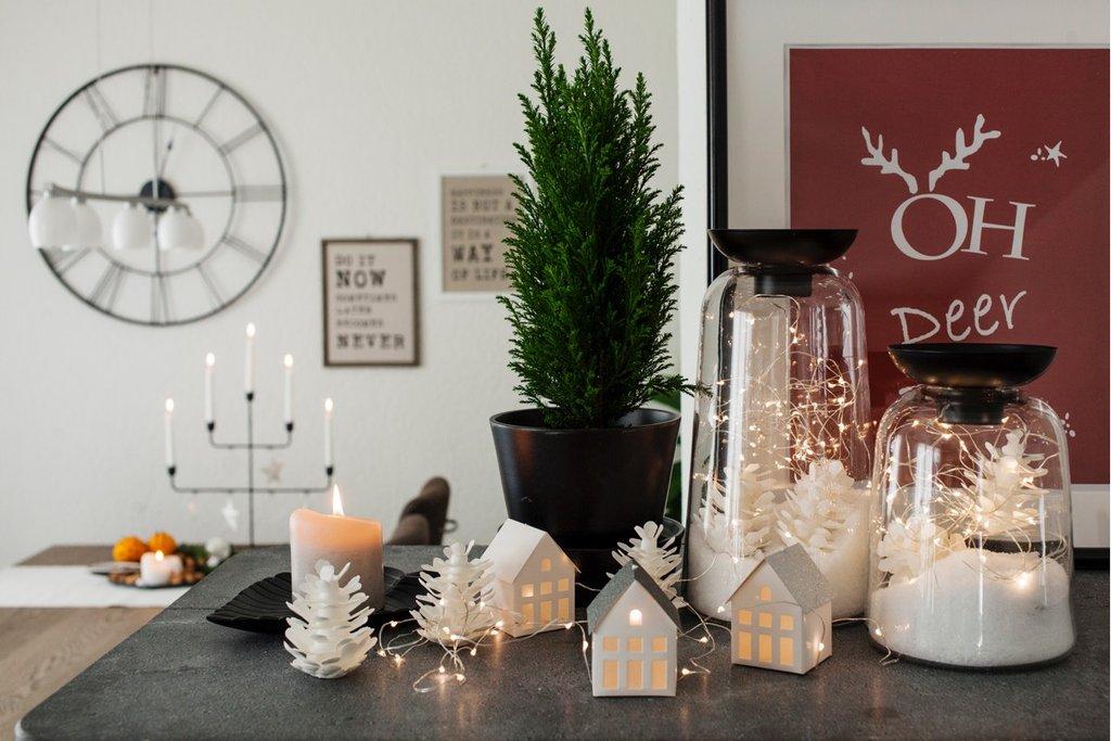 Scorcio della zona pranzo con le decorazioni natalizie di IKEA