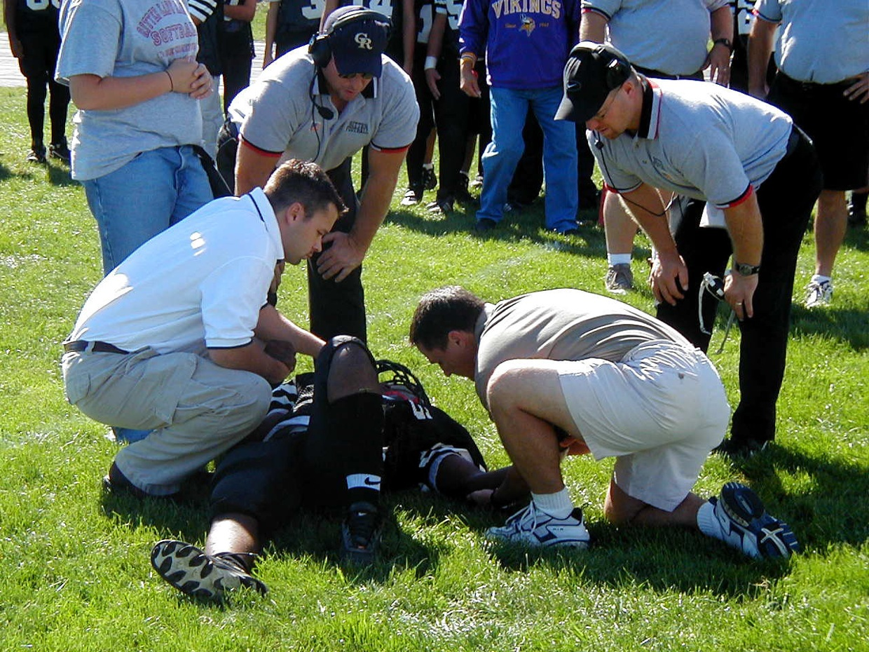 how to become a sports medicine doctor
