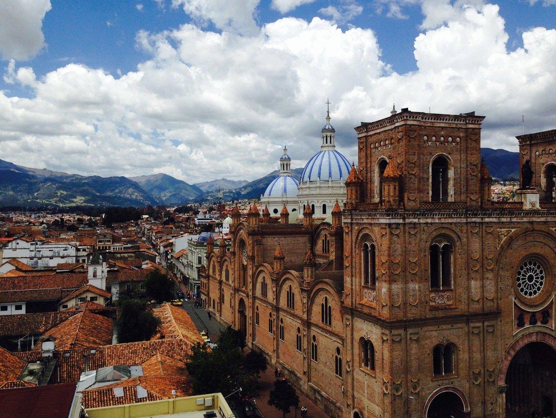 La línea del horizonte en Cuenca, Ecuador ayuda a explicar p