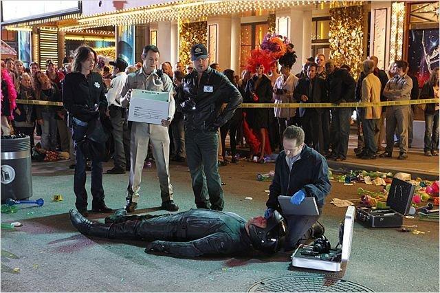 Arrivée sur une scène de crime, la police commence par dé...